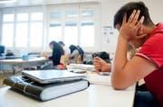 Ein Schüler löst Englisch-Aufgaben. (Archivbild Boris Bürgisser)