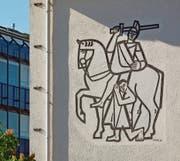 Der hl. Martin von Elso Schiavo am Haus Zugerstrasse 6 entstand 1955. (Bild: Andreas Faessler (Baar, 16. Mai 2017))