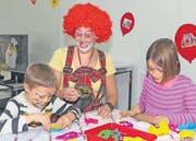 Die Geschwister Yanis (links) und Selina Niederberger basteln mit Clownin Tatjana Niederberger. (Bild: Daniel Frischherz / Archiv)