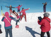 Asiatische Touristen auf dem verschneiten Gipfel des Titlis bei Engelberg. (Bild: Roger Grütter (1. November 2016))