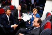 Der italienische Premier Matteo Renzi, Bundespräsidentin Johann Schneider-Ammann, die deutsche Bundeskanzlerin Angela Merkel und Frankreich-Präsident François Hollande im Eröffnungszug durch den Gotthard-Basistunnel. (Bild: EPA / Ruben Sprich)