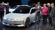 Bundeskanzlerin Angela Merkel schaut sich an der IAA den BMW Vision iDynamic an. (Bild: KEY)