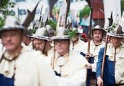 Hellebardiere beim Einzug vom Städtli in die Pfarrkirche Sempach. Rund 850 Personen nahmen am Sonntag an den Feierlichkeiten teil. Bild: Jakob Ineichen (Sempach, 2. Juli 2017)