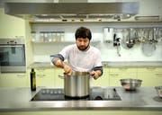 Raschid Bilal bei seiner Arbeit als Koch im Arbeits- und Ausbildungszentrum in Kriens des Vereins Arbiz, der ebenfalls die Arbeitsintegration fördern will. (Bild Pius Amrein/Neue LZ)