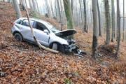 Das zuvor entwendete und nun stark beschädigte Auto wurde in einem Waldstück in Stansstad gefunden. (Bild: Kantonspolizei Nidwalden)