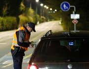 Bei der Kontrolle stellte sich heraus, dass die beiden Männer im Auto mutmassliche Drogendealer waren. (Symbolbild) (Bild: Stefan Kaiser / Neue ZZ)