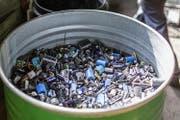 Bei der Rückgabe alter Batterien gibt es im Kanton Schwyz noch viel Verbesserungspotential. (Bild: Keystone / Gaetan Bally)