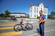 In Rain ist das Schuljahr bereits wieder gestartet: Andreas Erni, Chef Verkehrsinstruktor Luzerner Polizei, beobachtet gestern Nachmittag vor dem Schulhaus den Verkehr. (Bild Corinne Glanzmann)