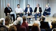 Diskutieren Unterschiede und Gemeinsamkeiten zwischen den Religionen (von links): Johannes Vetter, Serkan Yapici, Imam Hasan Övmek (von der Moschee Baar) sowie Farouk und Schéhérazad Mesli. (Bild: Stefan Kaiser (Baar, 4. Februar 2018))