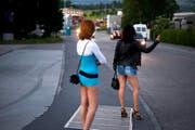 Früher Freitagabend im Ibach: Die ersten Prostituierten beginnen an der Reusseggstrasse ihre Arbeit. (Bild: Dominik Wunderli/Neue LZ)