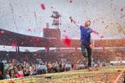 Mit Leib und Seele dabei: Coldplay-Sänger Chris Martin im bunten Blätterrausch. (Bild: Dominik Wunderli)