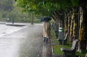 In den nächsten Tagen ist bei Spaziergängen, wie hier am Zugersee, ein Regenschirm empfehlenswert. (Bild: Stefan Kaiser/Neue ZZ)