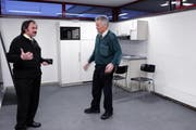 Zwei Busfahrer diskutieren im geräumten Raum über die aktuelle Situation. (Bild Werner Schelbert/Neue ZZ)