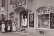 Heiri Höhn mit Angestellten vor seiner «Café-Conditorei H. Höhn» an der Alpenstrasse 7 in Zug im Jahr 1913. (Bild: zvg)