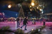 Die ersten Pirouetten auf dem Eisfeld beim KKL können ab Samstag gedreht werden. (Bild: Boris Bürgisser (Luzern, 19. Dezember 2016))