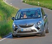 Wirkt sportlicher und moderner, als es das Bild vermuten lässt: der Opel Zafira Tourer mit der frechen v-förmigen Anordnung der Scheinwerfer und der Nebelleuchten.Bild Werk (Bild Werk)