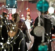 Rekordansturm: Das Verkaufspersonal im Detailhandel hat heute nochmals alle Hände voll zu tun. (Bild: Manuela Jans-Koch)