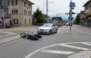 Das Motorrad blieb auf dem Gleis der Seetalbahn liegen. (Bild: PD/Luzerner Polizei)