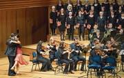 Luis Parra und Nicole Hansen tanzen zur Musik des Konzertchors Klangwerk und des Orchesters Santa Maria. (Bild: Eveline Beerkircher (24. Mai 2017))