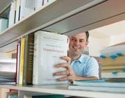 Er ist seit gut einem Jahr Datenschutzbeauftragter für drei Kantone: Philipp Studer in seinem Büro. (Bild: Nadia Schärli (Oberarth, 17. Juli 2017))