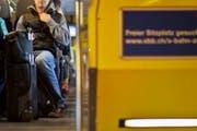 Pendler am Morgen in einer Schweizer S-Bahn. (Bild: KEYSTONE/Gaetan Bally)