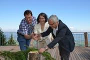 Martin Kempf, Gemeinderat von Menzingen, Regierungsrätin Manuela Weichelt und Paul Iten, Gemeinderat von Oberägeri machen an der Eröffnung der Plattform Kleinholz. (Bild: pd)