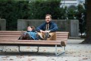 Bequem: Man kann liegen oder sitzen. Nicole Blumer und Yves Zurkirch geniessen die Aussicht auf den See. (Bild: Dominik Wunderli (Luzern, 12. September 2017))