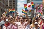 Die Pride Parade: Als erster amtierender Regierungschef Kanadas nahm Justin Trudeau 2016 und auch in diesem Jahr an einem Umzug von Schwulen und Lesben teil. Bei der Gay-Pride-Parade in Toronto hat Trudeau Flagge gezeigt: Er schwenkte eine Regenbogenflagge, das Kennzeichen der Schwulen- und Lesbenbewegung. (Bild: AP)