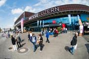 Besucher vor der Messe Luzern.