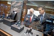 Bucherer-Direktor Josef Williner und Marketingchef Jörg Baumann betrachten Schmuckstücke im bestehenden Teil des Uhren- und Schmuckgeschäfts. (Bild: Pius Amrein/Neue LZ)