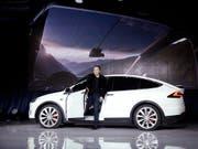 """Tesla hat einen weiteren Unfall mit dem """"Autopilot""""-System bestätigt. Chef Elon Musk, hier bei der Vorstellung des Modell X im September letzten Jahres, steht unter Druck. (Bild: KEYSTONE/AP/MARCIO JOSE SANCHEZ)"""