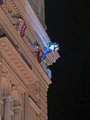 Der Fassadenkletterer kurz bevor er abgeführt wird. (Bild Franz Grüter)