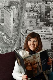 Nadja Aschwanden in ihrer Wohnung in Kriens vor dem Wandbild von New York. (Bild Eveline Beerkircher)