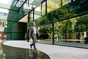 Ein moderner Bürokomplex, gepaart mit Freizeitangeboten: Bruno Kunz, Leiter des D4 Business Village, an seinem Arbeitsort. (Bild: Nadia Schärli / Neue LZ)