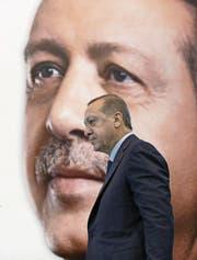 Recep Tayyip Erdogan auf dem Weg zu einer Rede vor AKP-Anhängern im osttürkischen Kars. (Bild: Yasin Bulbul/AP (2. Dezember 2017))