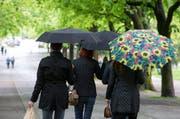 Der Regenschirm wird auch dieses Wochenende im Einsatz stehen. (Symbolbild Keystone)
