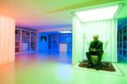 Alexander Klapproth, Leiter des iHomeLab inmitten der Technik in seinem Modellhaus in Horw. (Bild: Roger Grütter)