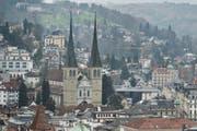 Der Plan Lumière schreibt für die Hofkirche eine neue Beleuchtung vor. Bis Ende Jahr soll die Kirche in neuem Licht erstrahlen. (Bild: Pius Amrein / Neue LZ)