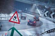 Es muss nicht immer Glatteis sein: Neue Schilder warnen Autofahrer vor der Blegikurve vor Schleudergefahr. (Bild Stefan Kaiser/Neue ZZ)