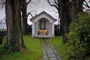 Noch heute steht zwischen Lindencham und St. Wolfgang das «Helgenhüsli», welches ursprünglich an den Fund zweier Skelette erinnert. (Bild Stefan Kaiser)