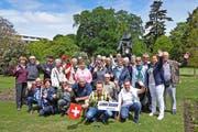 Die LZ-Reisegruppe mit Lohri-Reiseleiter Renato Probst (vorne) im Hagley-Park von Christchurch auf Neuseeland. (Bild: PD)