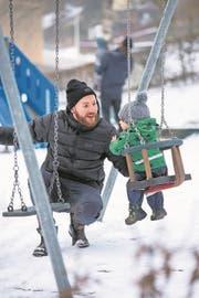 Simon Duss mit seinem Sohn Noah auf dem Arm auf dem Spielplatz am Rotsee. (Bild: Dominik Wunderli (Luzern, 2. März 2018))