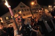 Am Mittwochabend wähnte man sich beim Telldenkmal mitten in Claudio Fähs Wikingerfilm. Beim Eintrommeln in Altdorf und Schattdorf liessen die Narren ihrer Fantasie freien Lauf. (Bild: Urs Hanhart)