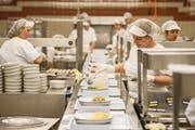 Mitarbeiter in der Küche des Kantonsspitals Luzern. (Bild: Dominik Wunderli (28. März 2017))