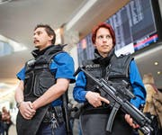 Patrouillieren künftig auch in Zügen Polizisten mit automatischen Waffen? Im Bild: Beamte der Kantonspolizei Zürich am Flughafen in Kloten. (Bild: Keystone/Ennio Leanza)