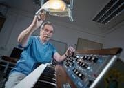Fredy Fellmann mit Synthesizer in seiner Zahnarztpraxis. Er lässt seine Band Moby Dick wieder aufleben. (Bild: Pius Amrein (Dagmersellen, 5. Juli 2017))