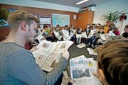 Reporter Christian Hodel beantwortet den Fünft- und Sechstklässlern von Lehrer Thomas Bitterli an der Schule Neudorf Fragen zum Journalistenberuf. (Bild Pius Amrein)