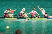 Lucas Tramèr (von links), Simon Schürch, Simon Niepmann und Mario Gyr freuen sich nach dem Zieleinlauf über das erste WM-Gold für die Schweiz in einer olympischen Bootsklasse seit 20 Jahren. (Bild: AP/Laurent Cipriani und EPA/Olivier Anrigo)