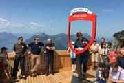 Bei perfekten Bedingungen genossen die 30 geladenen Gäste aus Politik und Wirtschaft das 360 Grad-Panorama auf dem Dach der Bergstation Rotenflue. (Bild: Remo Gwerder)