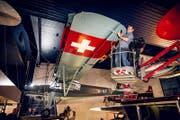 Das weltbekannte Flugzeug, der Fieseler «Storch» mit der Immatrikulation A-97, das seit über 50 Jahren in der Luftfahrthalle des Verkehrshauses der Schweiz hing, ist abgehängt und auf einen Sattelschlepper verladen worden. (Bild: Photopress / Gregor Kaluza)